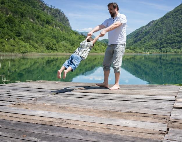 아빠와 아들이 산 호수에서 연주