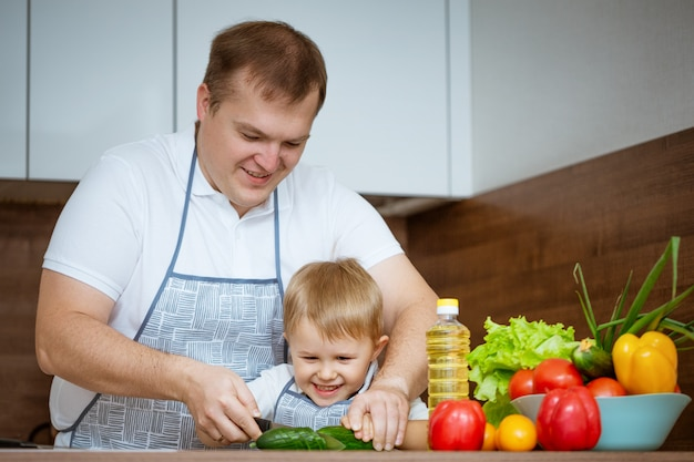 お父さんと息子が台所でサラダを準備