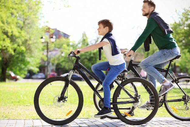 아빠와 아들 야외에서 자전거를 타고