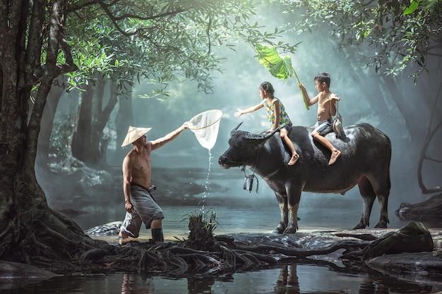 お父さんと息子これはアジアの農村部の家族農家のライフスタイルです。