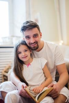 お父さんは娘と父の日を祝う