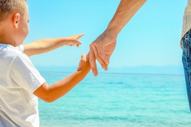 お父さんは子供の手を握っています
