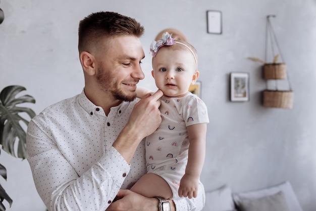 お父さんが子供の娘を抱き締めます。幸せな家族と父の日。