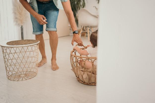 아빠는 집에서 아이와 놀고 아빠는 바구니에 아기를 굴립니다 라이프 스타일 가족 사진 아이가 앉아...