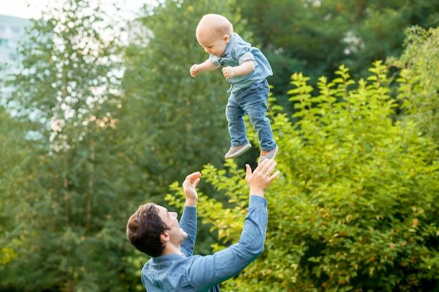 Папа бросает ребенка