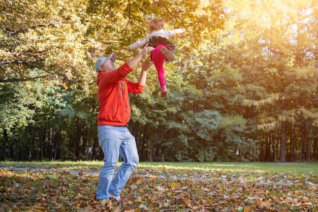 아빠 던지기 유아 딸 가족 재미 아빠와 아이가 공원에서 놀고 있습니다