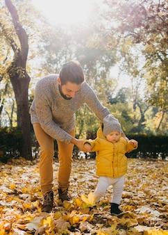 自然の中で屋外で赤ちゃんとお父さん