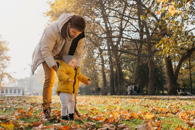 Papà con il suo bambino all'aperto nella natura
