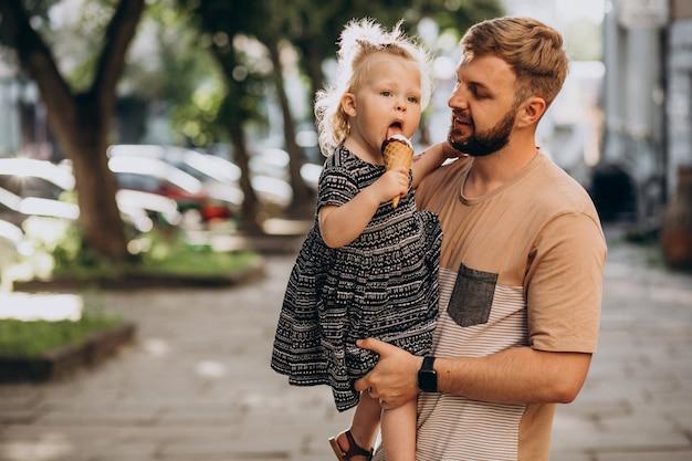 Папа с дочерью едят мороженое