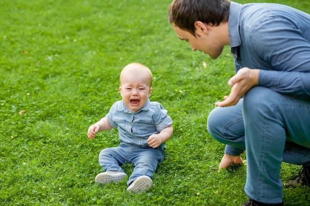 Папа успокаивает плачущего ребенка