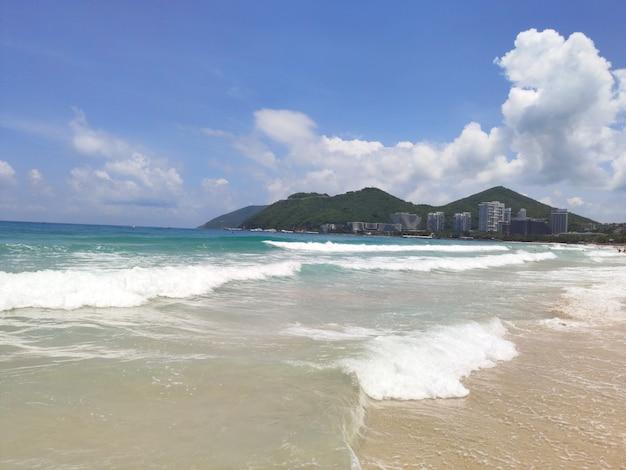 海とビーチの砂とそりで海南島の中国の熱帯dadonghaiビーチの美しい景色