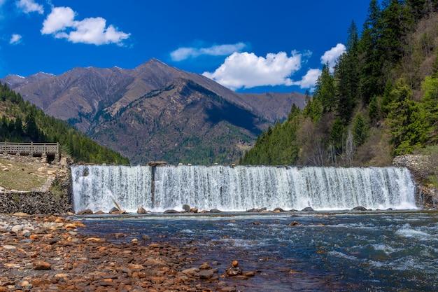 風景松林とdagu氷河国立公園、成都、中国の滝