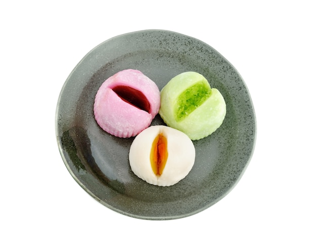 白い背景で隔離のプレート上の大福望の日本のデザート