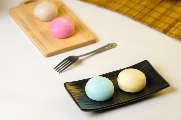 Дайфукумочи, или дайфуку, - это японское кондитерское изделие, состоящее из маленьких круглых моти, начиненных сладкой начинкой, традиционных японских сладостей.