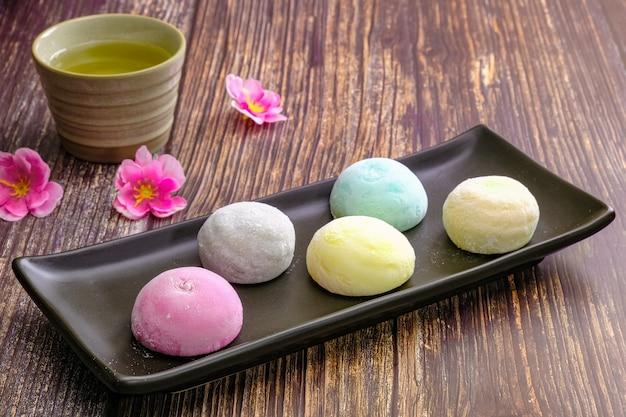 大福とは、小さな丸餅に日本の伝統的なお菓子を詰めたお菓子です。