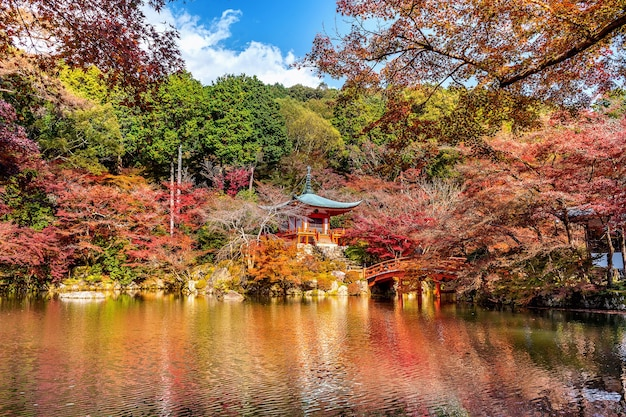 Храм дайгодзи осенью, киото. осенние сезоны японии.