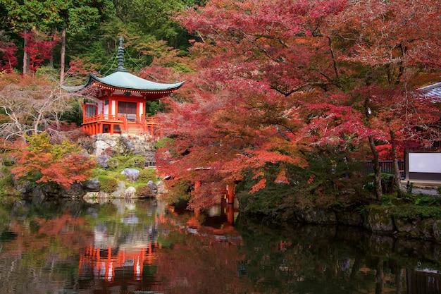 京都の池に紅葉する醍醐寺。赤いカエデの葉が満開。