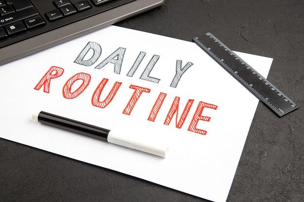 Scrittura di routine quotidiana su bianco su superficie scura
