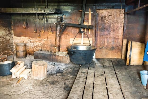 Молочный маслобойня с домашним сырным оборудованием в деревенском доме