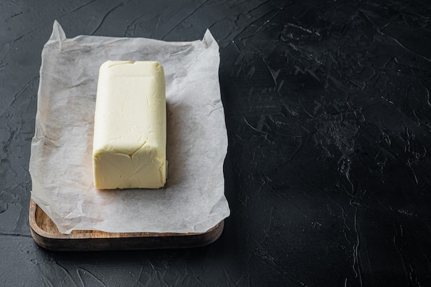 블랙 테이블에 유제품 신선한 버터