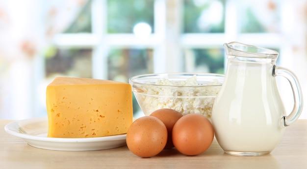 台所のテーブルにある乳製品と卵