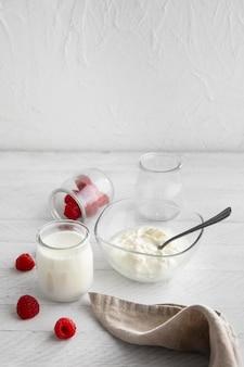 Композиция из молочных продуктов и малины