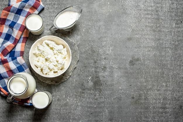 生地の乳製品。石のテーブルの上。