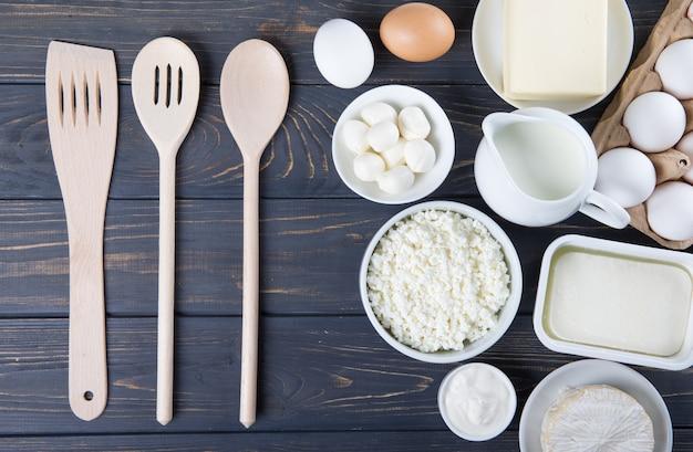 Молочные продукты на деревянном столе.