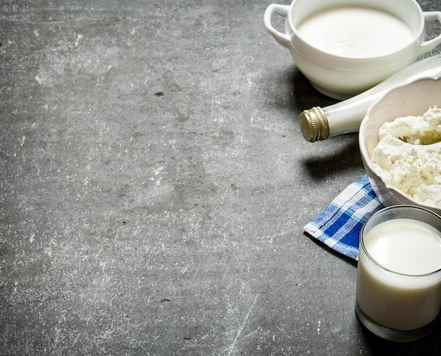 乳製品石のテーブルのナプキンにサワークリーム、ミルク、カッテージチーズ