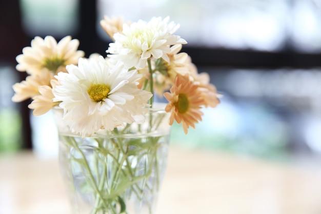 瓶の中のデイジーの花