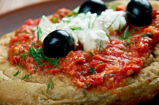 Dakos - 다진 토마토와 으깬 죽은 태아를 얹은 슬라이스 빵. 키프로스 요리