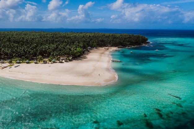 空からのダク島の眺め。美しい島の上でドローンで撮影したショット。旅行、自然、海洋の風景についての概念