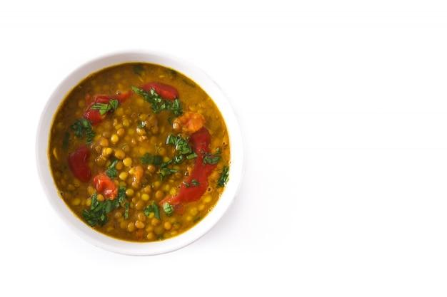 Индийский суп из чечевицы dal (dhal) в миску, изолированные на белом.