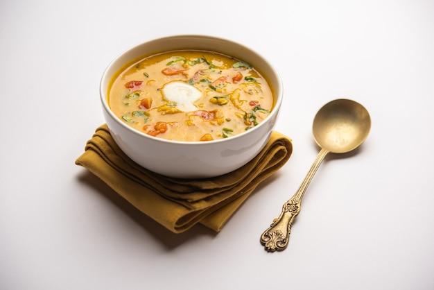 Desi ghee 또는 투명 버터로 dal 튀김. 인도 아대륙에서 가장 인기있는 건강한 메인 코스 레시피