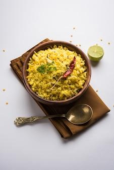 Даль кичади или кичди - это вкусный индийский рецепт в горшочке, который подают в миске на мрачном фоне.