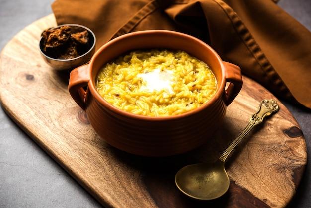 Даль кичди фрай с топленым маслом в миске. вкусная индийская еда в горшочке. выборочный фокус Premium Фотографии
