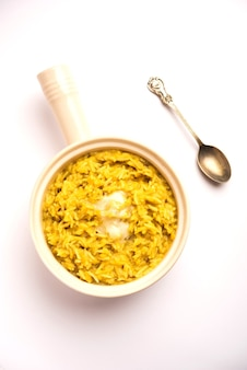 Dal khichdi fry with ghee는 그릇에 담았습니다. 맛있는 인도식 한 냄비 식사. 선택적 초점