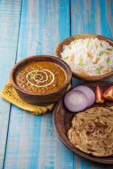 Dalmakhaniまたはdaalmakhni、プレーンライスとバターロティまたはチャパティまたはパラタとサラダを添えたインドのランチまたはディナーアイテム