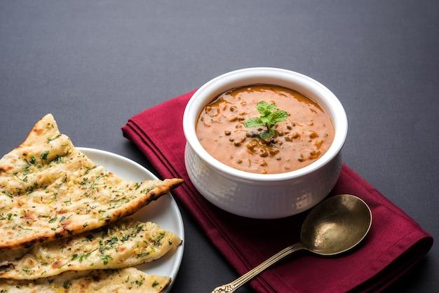 Дал махани или даал махни - популярное блюдо из пенджаба, индия, которое готовится из цельной черной чечевицы, красной фасоли, масла и сливок и подается с чесночным нааном или индийским хлебом или роти.