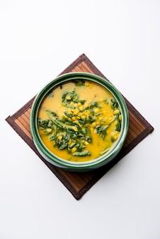 ダルパラクまたはレンズ豆のほうれん草のカレー-人気のあるインドのメインコースのヘルシーレシピ。カラヒまたは鍋またはボウルでお召し上がりいただけます。セレクティブフォーカス