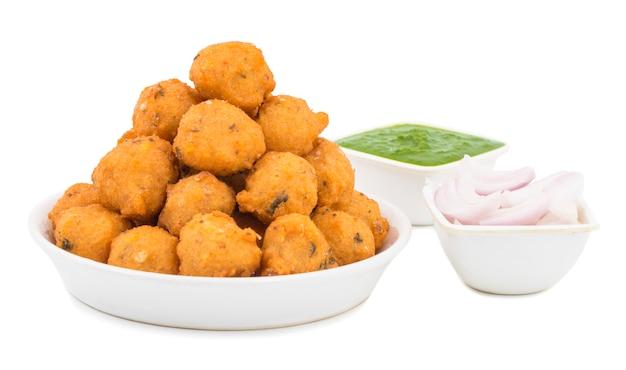 白い背景の上のインドのスパイシーな屋台の食事dal vada