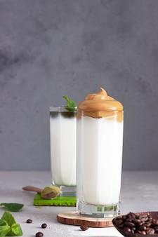 Кофе dalgona и латте с маслом мяты и мяты, пушистый сливочный кофе со взбитыми сливками и бамбуковой соломкой