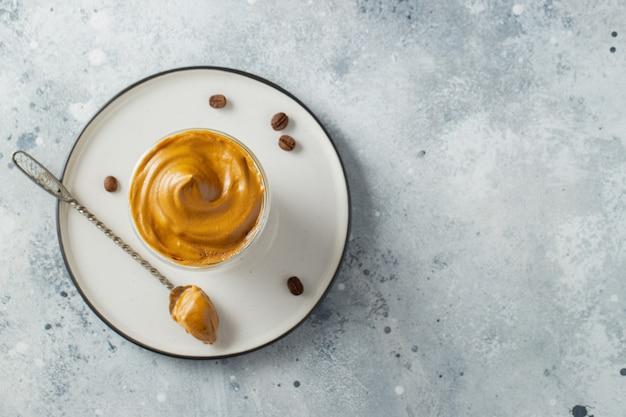 ダルゴナコーヒー。コーヒーの泡とミルクで飲む