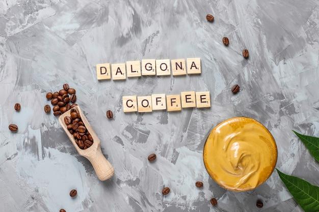 Кофе далгона. ледяной пушистый сливочно-взбитый трендовый напиток с кофейной пенкой и молоком.