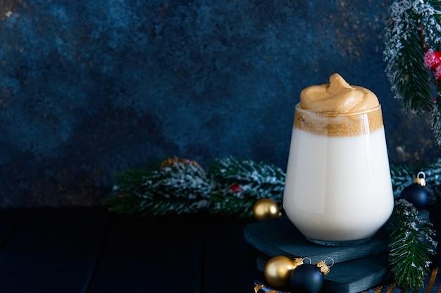 クリスマスの装飾が施された暗闇のダルゴナコーヒー。