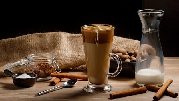 Dalgona coffee - корейский кофейный напиток на деревянном фоне. растворимый кофе или эспрессо, взбитые с сахаром и горячей водой. замороженная далгона кофе концепция.
