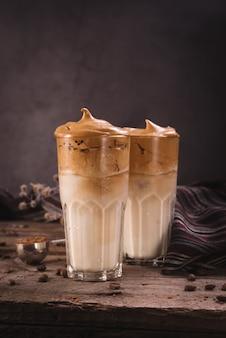 Dalgona coffee. популярный в корее взбитый глазурный напиток с растворимым кофе сливочный коктейль в высоких стаканах