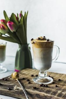 Dalgona trend coffee 인스턴트 커피 거품이있는 한국식 라떼 음료. 차가운 유행 유행 음료