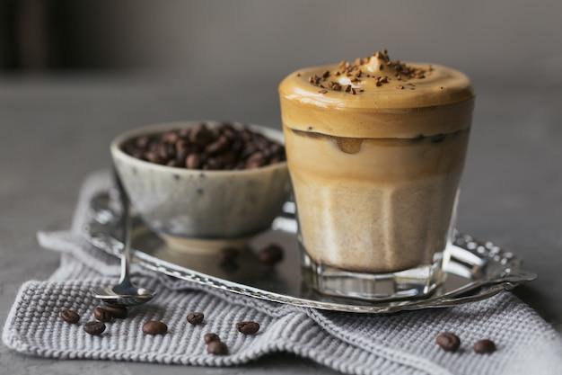 달고나 휘핑 커피, 인스턴트, 크림, 아이스 커피. 회색에 커피, 우유, 얼음 조각과 칵테일