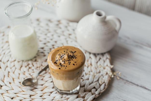 달고나 휘핑 커피, 인스턴트, 크림, 아이스 커피. 화이트에 커피, 우유, 얼음 조각과 칵테일